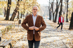 Elegancki starych człowieków chodzić Zdjęcie Stock