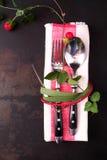 Elegancki stołowy położenie z czerwonym sznurem i liśćmi Obraz Stock