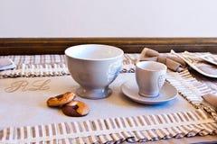 Elegancki stołu set dla śniadania z mlekiem, kawą i ciastkami, W Fotografia Stock