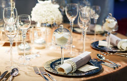 Elegancki stołu set w miękkim creme dla poślubiać lub wydarzenia przyjęcia. obrazy royalty free