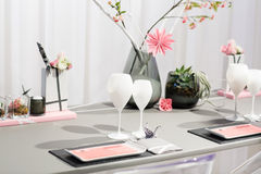 Elegancki stołu set w miękkim creme dla poślubiać lub wydarzenia przyjęcia. obrazy stock