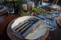 Elegancki stołu set z ostrością na talerzu zdjęcia royalty free