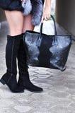 Elegancki strój Młody elegancki kobiety odprowadzenie w jesieni, zimy miasto, zimny sezon, jest ubranym wysokość heeled czarnych  Zdjęcia Stock