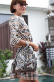 Elegancki strój Zamyka up elegancki luksusowy snakeskin pytonu plecak w kobiety ręce Żeński mody pojęcie Obraz Royalty Free