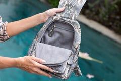 Elegancki strój Zamyka up elegancki luksusowy snakeskin pytonu plecak w kobiety ręce Żeński mody pojęcie Zdjęcia Royalty Free