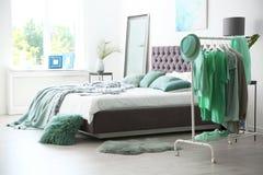 Elegancki sypialni wnętrze z ubrania stojakiem zdjęcia stock
