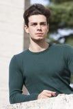 Elegancki włosiany młody człowiek outdoors na wypuscie, ciasna dzianina Zdjęcie Royalty Free