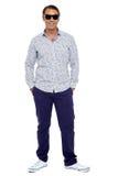 Elegancki w średnim wieku mężczyzna pozuje w przypadkowym zdjęcie royalty free