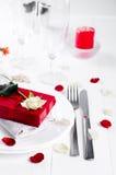 Elegancki wakacje stołu położenie z czerwonym tasiemkowym prezentem Zdjęcie Royalty Free