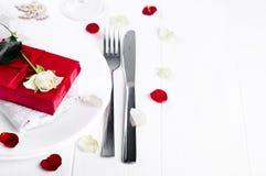 Elegancki wakacje stołu położenie z czerwonym tasiemkowym prezentem Zdjęcia Royalty Free