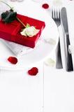 Elegancki wakacje stołu położenie z czerwonym tasiemkowym prezentem Obrazy Stock