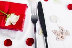 Elegancki wakacje stołu położenie z czerwonym tasiemkowym prezentem Obraz Stock