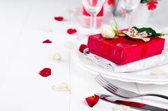 Elegancki wakacje stołu położenie z czerwonym tasiemkowym prezentem Obraz Royalty Free