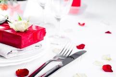 Elegancki wakacje stołu położenie z czerwonym tasiemkowym prezentem Zdjęcie Stock