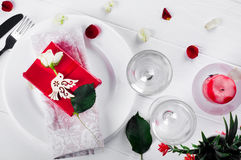 Elegancki wakacje stołu położenie z czerwonym tasiemkowym prezentem Fotografia Stock