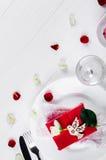 Elegancki wakacje stołu położenie z czerwonym tasiemkowym prezentem Obrazy Royalty Free