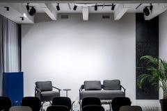 Elegancki wnętrze w loft stylu z szarymi ścianami Zdjęcia Royalty Free