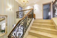 Elegancki wnętrze z marmurowymi schodkami fotografia royalty free