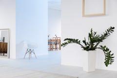 Elegancki wnętrze w bielu z prostymi dekoracjami Zdjęcie Stock