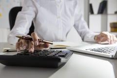 Elegancki woman& x27; s ręka używa kalkulatora i pisać na maszynie Fotografia Stock
