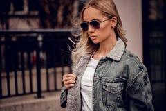 Elegancki wzorcowy być ubranym w sunglassses outdoors Zdjęcie Royalty Free