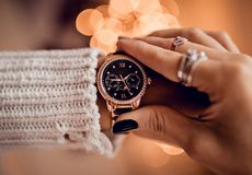 Elegancki złocisty zegarek na kobiety ręce zdjęcia stock