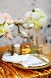 Elegancki złoto stołu set obraz stock