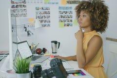 Elegancki zadumany pracownik przy desktop obrazy stock