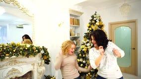 Elegancki zamknięty rodzeństw wystąpienie, odpoczynek w zima wakacjach w jaskrawym żywym pokoju z świąteczną grabą dekorującą i, zbiory wideo