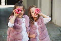 Eleganckie śmieszne małe dziewczynki na ulicie Zdjęcia Stock