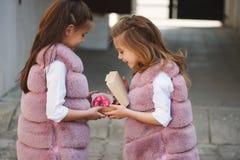 Eleganckie śmieszne małe dziewczynki na ulicie Zdjęcie Stock