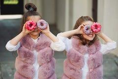 Eleganckie śmieszne małe dziewczynki na ulicie Zdjęcie Royalty Free