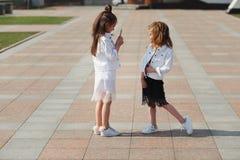 Eleganckie śmieszne małe dziewczynki na ulicie Obraz Royalty Free