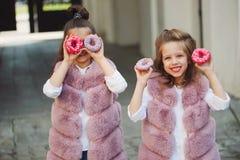 Eleganckie śmieszne małe dziewczynki na ulicie Zdjęcia Royalty Free