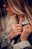 Eleganckie blondynki kobiety chwytów ręki Fotografia Stock