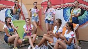 Eleganckie dziewczyny pokazuje sztuczkę z wiercipięta kądziołkami na ulicie, nastolatków zabawka dla stres ulgi wir zdjęcie wideo