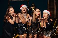 Eleganckie kobiety świętuje nowego roku i bożych narodzeń Zdjęcia Stock