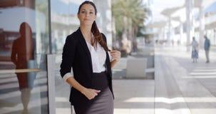 Eleganckiego bizneswomanu trwanie czekanie obraz stock