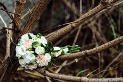 Eleganckiego boho nieociosany ślubny bukiet na drewnianych gałąź outdoors Fotografia Royalty Free