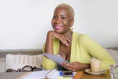 Eleganckiego i pięknego czarnego Afro Amerykańska biznesowa kobieta pracuje online z cyfrowym pastylka ochraniaczem przy sklep z  Obrazy Royalty Free