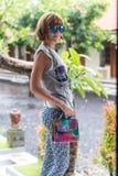 Eleganckiego lato kobiety mienia snakeskin pytonu luksusowa torebka piękne barwy Zdjęcia Stock