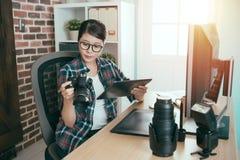 Eleganckiego piękna fotografii żeński biznesowy projektant Fotografia Stock