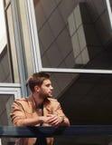 Eleganckiego stylu przystojny poważny mężczyzna w mieście Fotografia Royalty Free