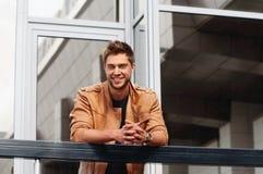 Eleganckiego stylu przystojny uśmiechnięty mężczyzna w mieście Zdjęcia Stock