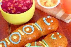 Eleganckiego ustawiania guagua tradycyjni smakowici latyno-amerykański chleby, kolorowe cukrowe dekoracje, puchar z colada morada Zdjęcie Stock