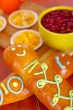 Eleganckiego ustawiania guagua tradycyjni smakowici latyno-amerykański chleby, kolorowe cukrowe dekoracje, puchar z colada morada Obrazy Royalty Free