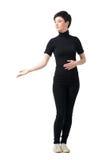 Eleganckiej ładnej krótkiego włosy kobiety ręki zapraszający gest patrzeje w dół Obraz Royalty Free