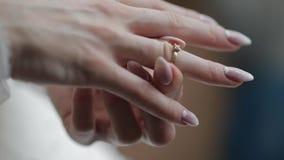 Eleganckiej blondynki panny młodej odzieży piękny pierścionek zaręczynowy Kobieta przy ślubnym rankiem zdjęcie wideo
