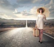 Eleganckiej kobiety czekanie na ulicie Zdjęcia Stock