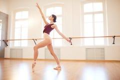 Eleganckiej kobiety taniec w pointe butach zdjęcie stock